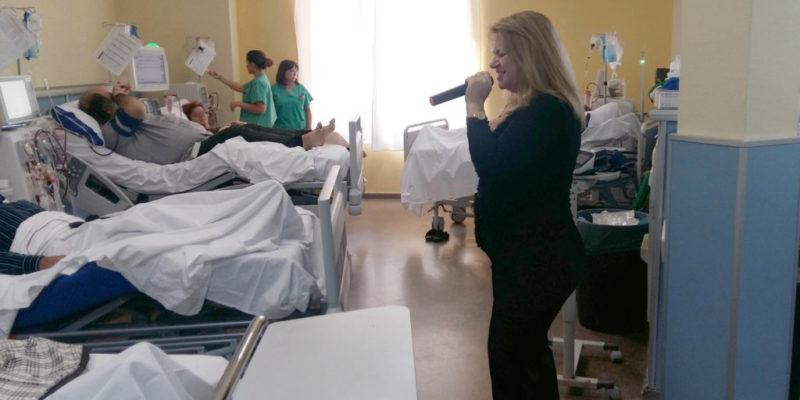 Pacientes y profesionales del Hospital de La Ribera disfrutan de un concierto navideño ofrecido por Músicos por la Salud